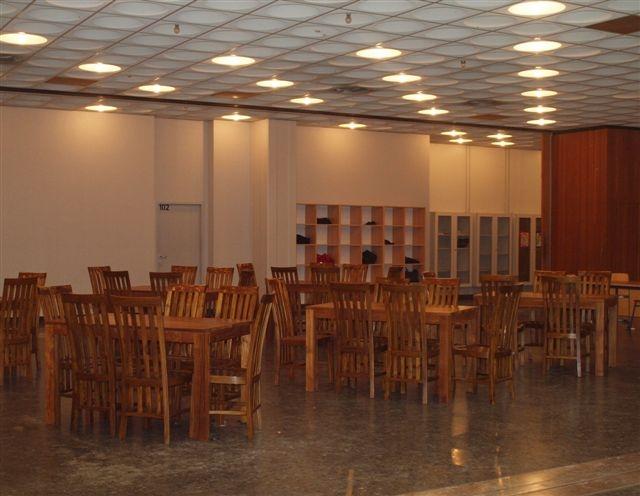 Neue Tische und Stühle für die Zentralhalle